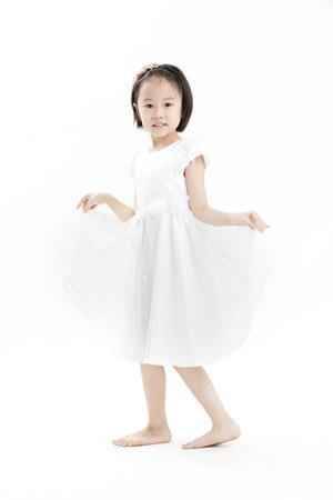 vestido blanco: Chica posando en un vestido blanco Foto de archivo
