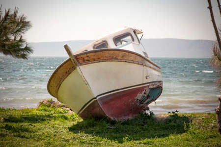 breakage: The boat with a hole cast ashore