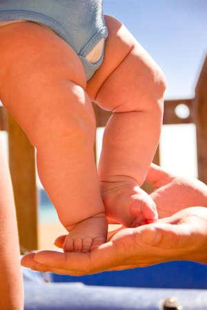 fondo azul: Baby feet in mother s hands