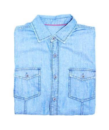 mezclilla: camisa de mezclilla azul con un fondo blanco