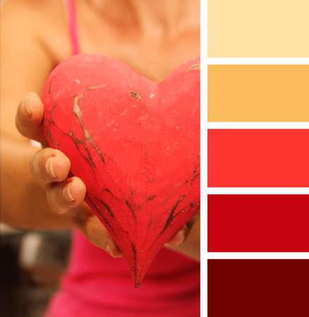paleta de pintor: chica que da el corazón manos. Muestras de paleta de colores.