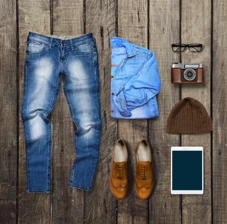 mezclilla: ropa y accesorios en marrón fondo de madera Foto de archivo