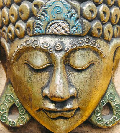 tallado en madera: Oro estatuilla de Buda cabeza
