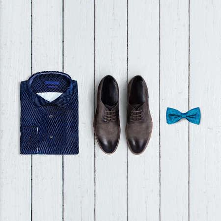 ropa de verano: collage de la ropa de los hombres modernos en un fondo de madera blanca