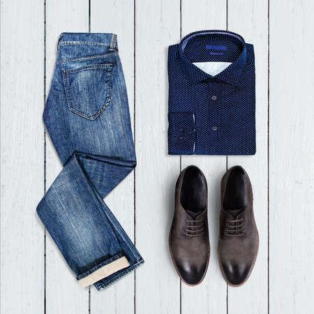 mezclilla: collage de la ropa de los hombres modernos en un fondo de madera blanca