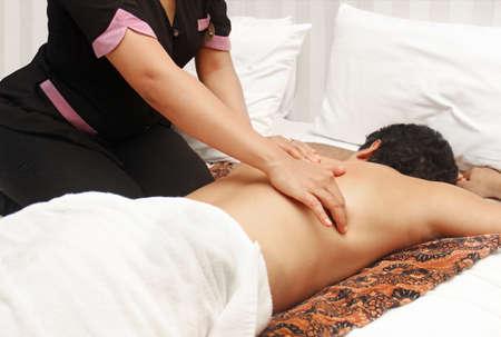hombre en una terapia de masaje Foto de archivo