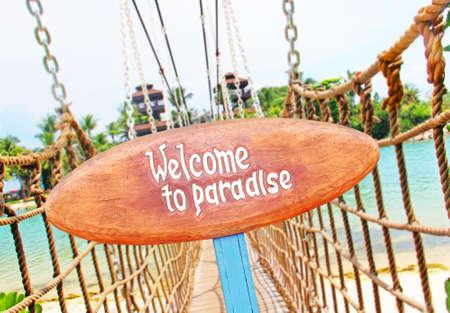 letreros: Letrero en la isla tropical Foto de archivo