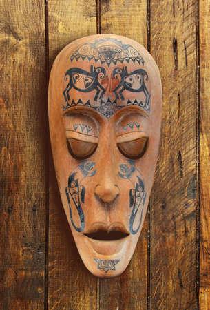 tallado en madera: Madera tallada cara ritual estatua
