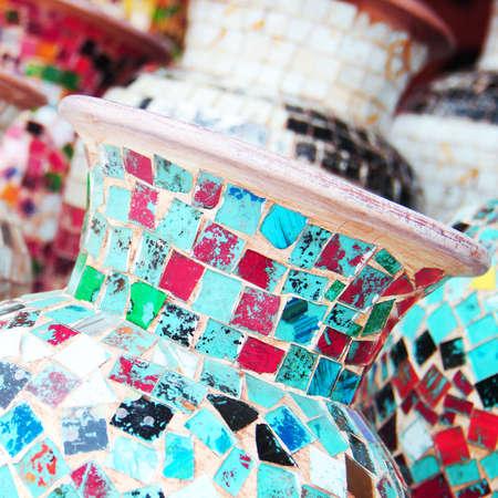 ceramica: jarrón de mosaicos de colores Foto de archivo