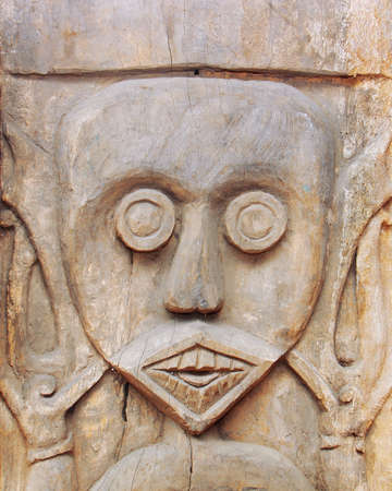tallado en madera: Estatua de la cara ritual de madera tallada.