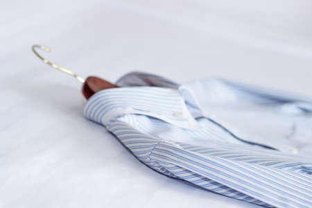mucama: Camisas clásicas de los hombres en la cama. Poca profundidad de campo