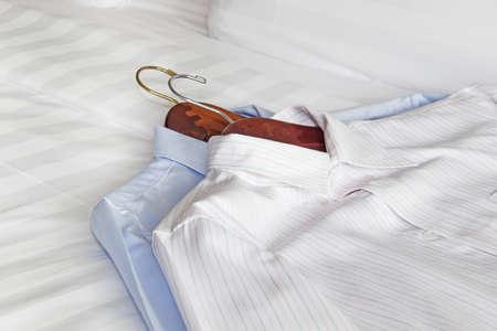 ベッドの上の男性の古典的なシャツ