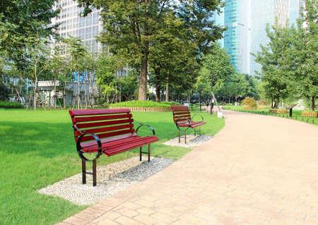 banc de parc: banc dans un parc magnifique Banque d'images
