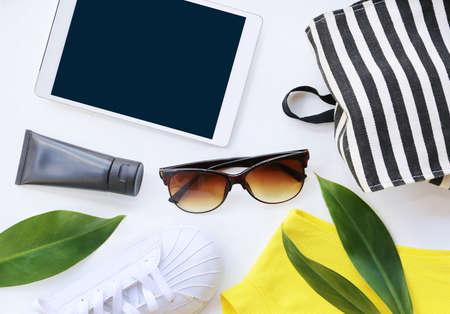 fashion blogger concept. Minimale set Vrouwelijke accessoires op een witte achtergrond.