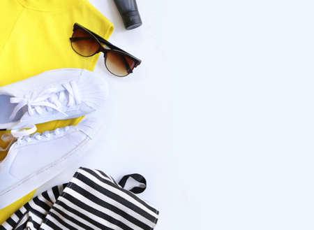 tienda de zapatos: concepto blogger de moda. conjunto mínimo de accesorios femeninos en el fondo blanco.