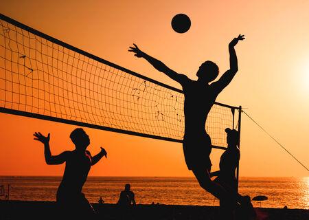 pelota de voleibol: Un voleibol de playa es un deporte muy popular en Tailandia.