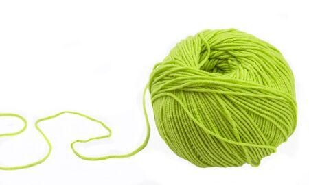 gomitoli di lana: Thread per maglieria su raggi di colore verde su sfondo bianco