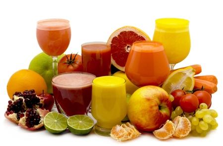 jus orange glazen: Glazen vruchtensap met de vruchten op een witte achtergrond Stockfoto