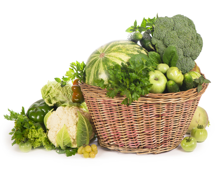 Verduras verdes en cesta de mimbre
