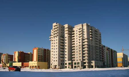 Nuevos edificios de varios pisos en el �rea de la nueva ciudad de Chelyabinsk en los Montes Urales. Foto de archivo - 6995489