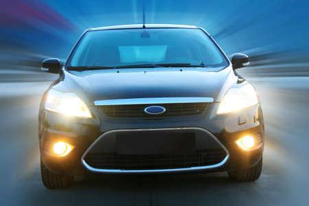 light speed: hermoso auto negro va en la ciudad de noche