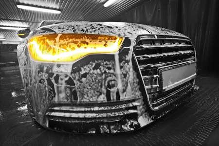 shiny car: prestigieuze nieuwe zwarte auto in schuim op wastafel Stockfoto