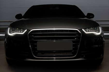 красивый черный мощный спортивный автомобиль Редакционное