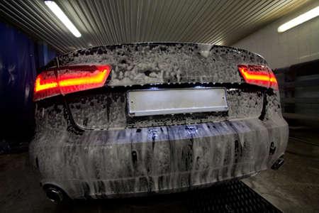 prestigieuse nouvelle voiture noire dans de la mousse sur le lavabo