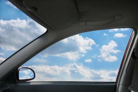 Paisaje celestial detrás de la ventana de coches