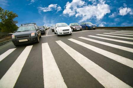 pedestrian sign: Auto fermato sulla attraversamento pedonale della strada cittadina