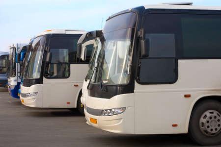 Los autobuses turísticos grandes en el estacionamiento
