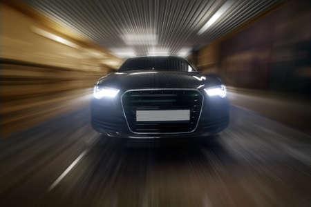 coche de prestigio va en el túnel de la ciudad Foto de archivo