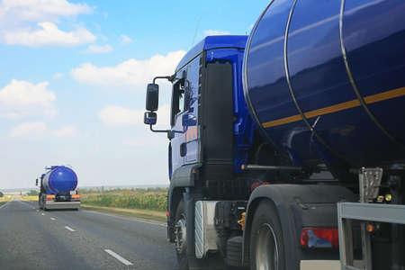 tanque de combustible: remolque con el tanque va en camino rural