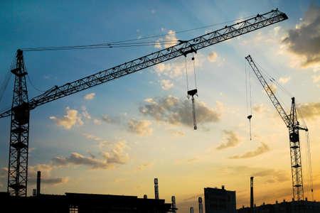 Промышленное строительство зданий в городе на закате
