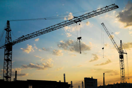 Industriegebäude von Gebäuden in der Stadt am Sonnenuntergang