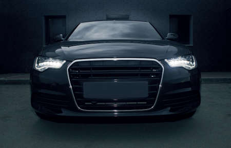 красивый черный мощный спортивный автомобиль Фото со стока