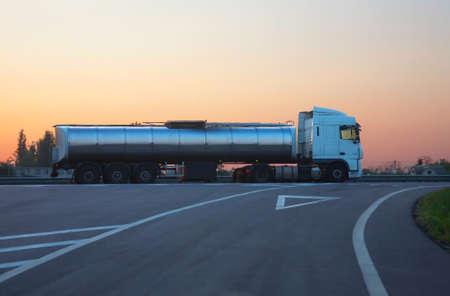 barco petrolero: gas-tank cami�n con tanque cromado va en el camino en la ma�ana