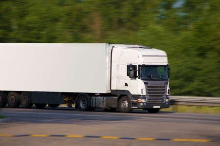 большой белый прицепом перевозки грузов