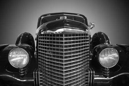 coche clásico: pieza del coche antiguo delantero de cerca