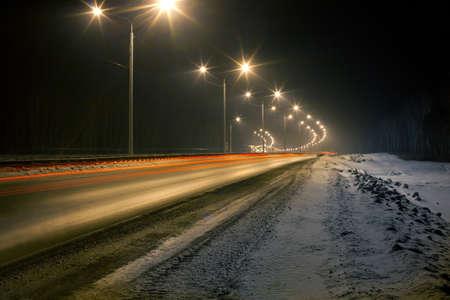 carretera de invierno en la noche brilló con luces