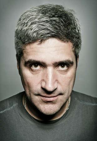 retrato de un hombre adulto con el pelo gris