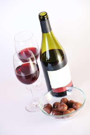 copas de vino botella de vino tinto de chocolate en el fondo blanco Foto de archivo - 19808992