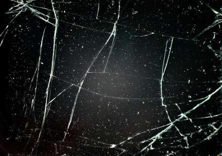 glass broken: vidrio con grietas en el fondo negro
