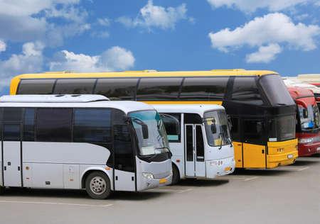 Los autobuses tur?sticos grandes en el estacionamiento Foto de archivo