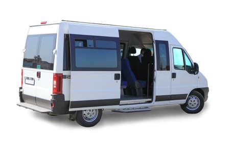 minibus color blanco sobre fondo blanco