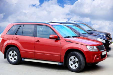 drei SUVs auf Asphalt gegen den Himmel