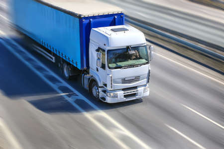 grote krachtige truck beweegt op de snelweg Stockfoto