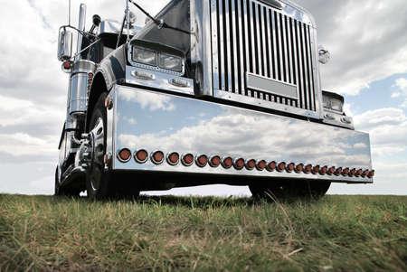 grandes de color negro brillante camión estadounidense en el campo Foto de archivo