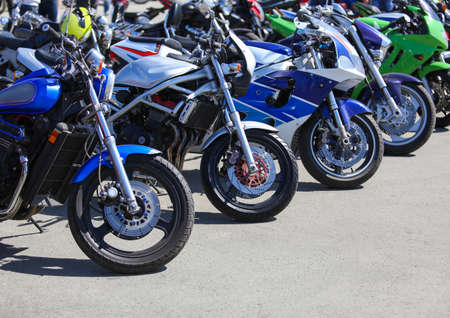 leistungsstarken Motorräder auf dem Parkplatz Lizenzfreie Bilder