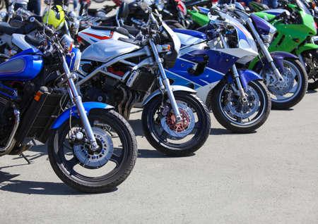 motos puissantes sur le stationnement
